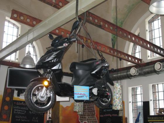 Ein Motorroller am Glockenseil 001