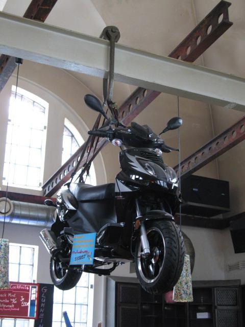 Ein Motorroller am Glockenseil 002