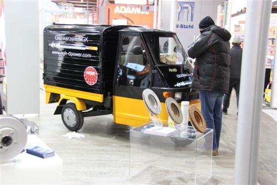 Ein vom Motodrom Essen gelieferter Ape Transporter auf dem Birner Messestand (2)