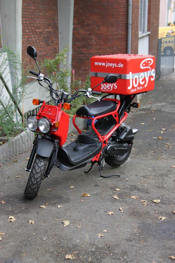 Motodrom Essen liefert Honda Zoomer für Joey's Pizza 003