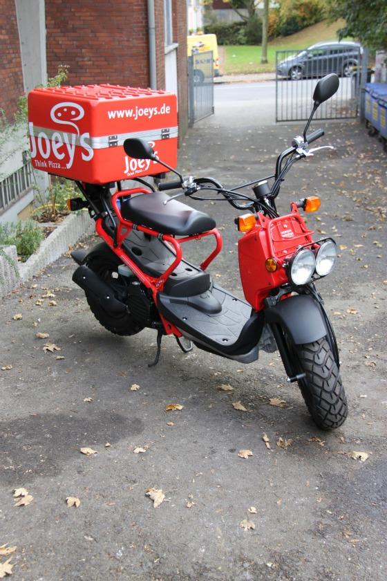 Motodrom Essen liefert Honda Zoomer für Joey's Pizza 005